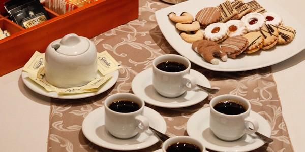 Preparación de Pasteles y Bocadillos para Coffe Break